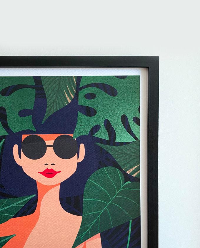 illustrazione poster di una donna dentro una foresta