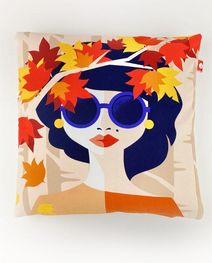 Cuscino Realizzato interamente a mano e raffigurante una donna con colori autunnali